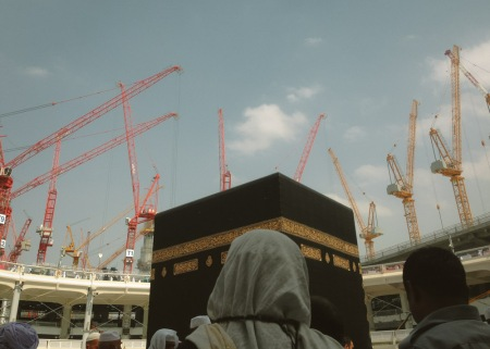 01_Tampak Ka'bah dari dalam. Saat ini hanya sebagian dari kapasitas Masjidil Haram yang dapat digunakan. Penambahan luas lahan sebesar 400.000 m2,  diharapkan akan dapat menampung kapasitas sebanyak 1,2 juta jamaah dalam waktu yang bersamaan.