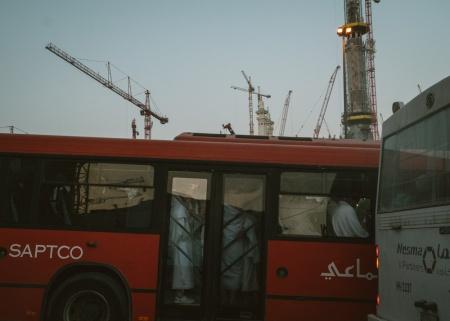 04_Bus rombongan jama'ah umroh di wilayah perhentian bus